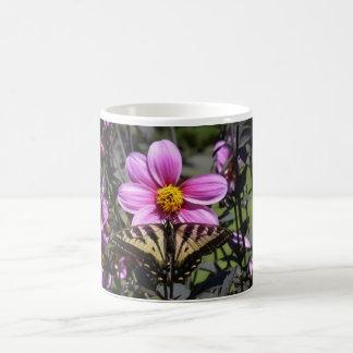 Mariposa en el flor de la flor taza