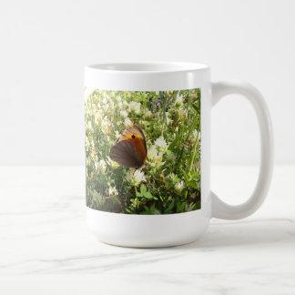 Mariposa en el trébol taza de café