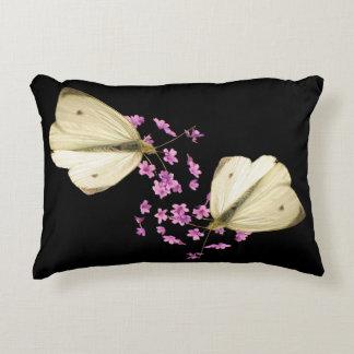 Mariposa en la almohada del acento de las flores cojín decorativo