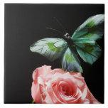 Mariposa en la flor azulejo cuadrado grande