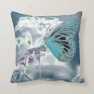 Mariposa en la flor - foto negativa 2 cojín