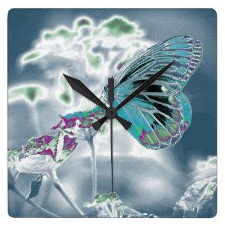Mariposa en la flor - foto negativa 2 reloj cuadrado