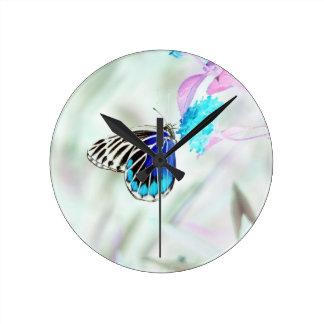 Mariposa en la flor - foto negativa 3 reloj redondo mediano