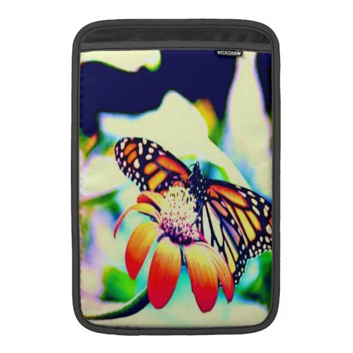 Mariposa en la flor fundas MacBook