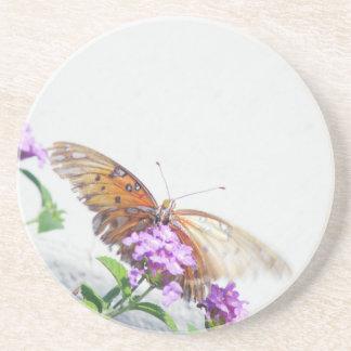 Mariposa en la flor púrpura posavasos cerveza