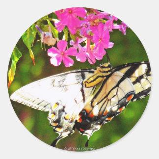 Mariposa en la flor rosada pegatina redonda