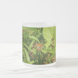 Mariposa en la hierba tazas de café