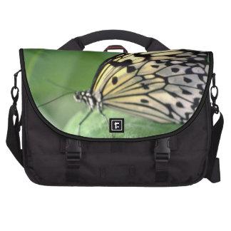 Mariposa en la hoja bolsas para portátil