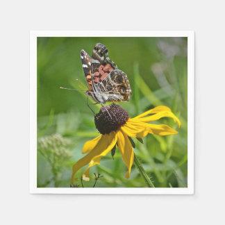 Mariposa en la servilleta de papel de la flor
