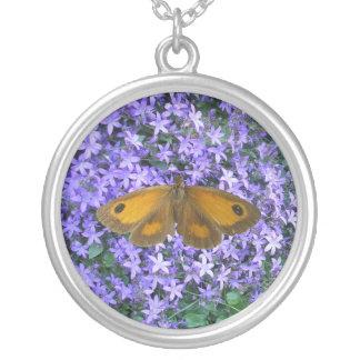 Mariposa en las flores colgante redondo
