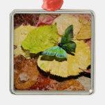 Mariposa en las hojas mojadas del otoño adorno navideño cuadrado de metal