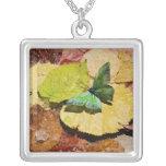 Mariposa en las hojas mojadas del otoño colgante cuadrado