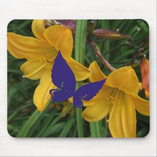 Mariposa en los carillones de oro Mousepad