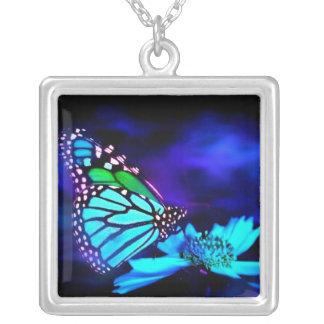 Mariposa en luz azul colgante cuadrado