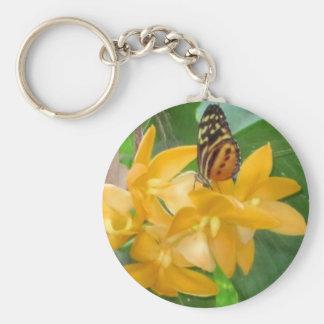 Mariposa en orquídea llavero redondo tipo pin