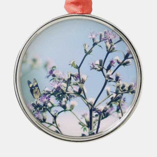 Mariposa en rama púrpura del flor adorno redondo plateado