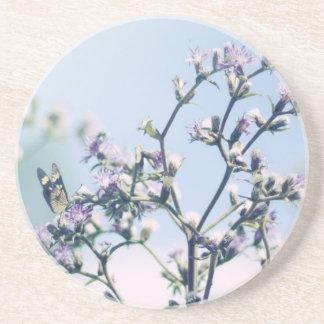 Mariposa en rama púrpura del flor posavasos manualidades