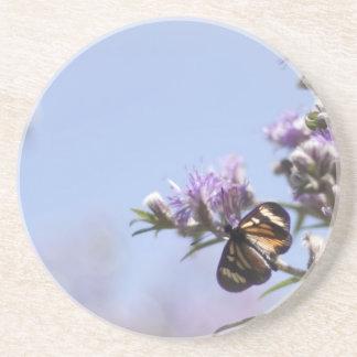 Mariposa en rama púrpura del flor posavasos personalizados