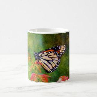 Mariposa en rama taza de café