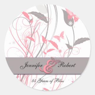 Mariposa en rosa y gris de la madreselva etiqueta redonda