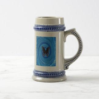 Mariposa en un torbellino del agua en un stein jarra de cerveza
