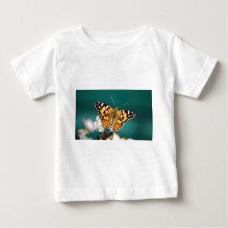 Mariposa en una brizna remera