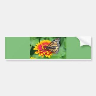 Mariposa en una flor anaranjada pegatina para auto