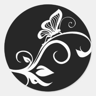 Mariposa en vid frondosa pegatinas redondas