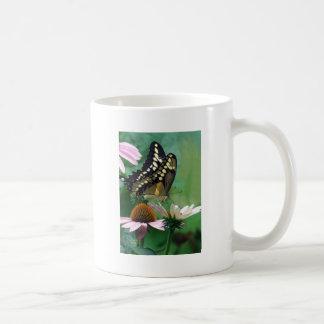 Mariposa gigante de Swallowtail en las flores Taza De Café