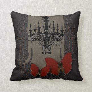 Mariposa gótica del rojo de Black Chandelier del v Cojin