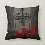 Mariposa gótica del rojo de Black Chandelier del v Cojín