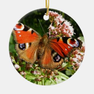 Mariposa hermosa en las flores adorno redondo de cerámica