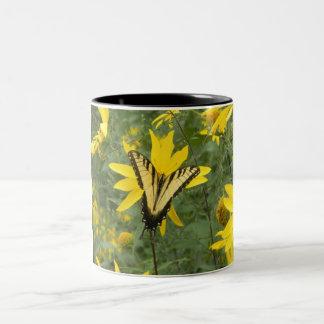 Mariposa hermosa taza de café de dos colores