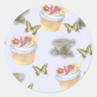 mariposa ilustrada de la taza de té de la pegatina redonda
