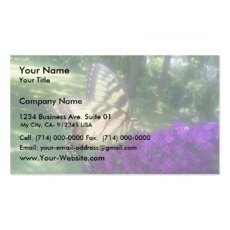 Mariposa linda en la flor púrpura tarjeta de visita