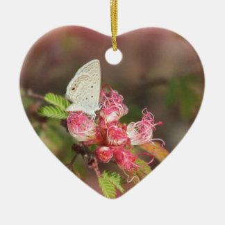 Mariposa minúscula en la flor rosada ornamento para reyes magos