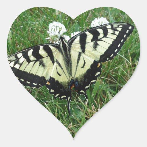 Mariposa natural pegatina en forma de corazón