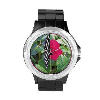 Mariposa negra blanca en reloj de mármol de crista