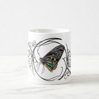 Mariposa negra de las gemas taza básica blanca