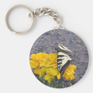 Mariposa negra y amarilla llavero redondo tipo pin