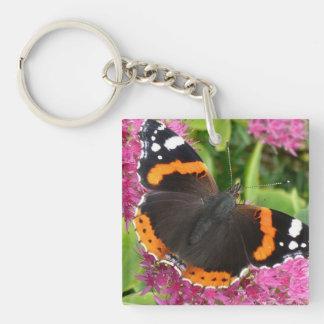 Mariposa negra y anaranjada llavero cuadrado acrílico a una cara