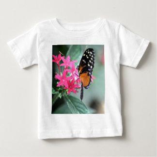 Mariposa negra y anaranjada remera