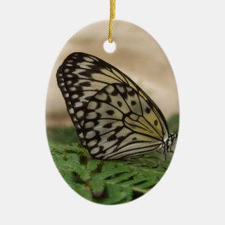 Mariposa negra y translúcida amarilla adorno ovalado de cerámica