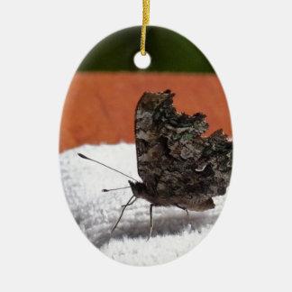 Mariposa oscura del camuflaje adorno ovalado de cerámica
