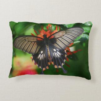 Mariposa perfecta de Swallowtail Cojín Decorativo