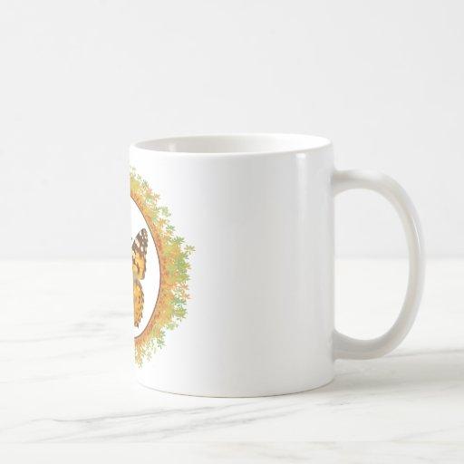 Mariposa pintada aislada de la señora en el marco  taza