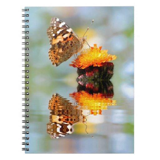 Mariposa pintada de la señora con la reflexión libro de apuntes con espiral