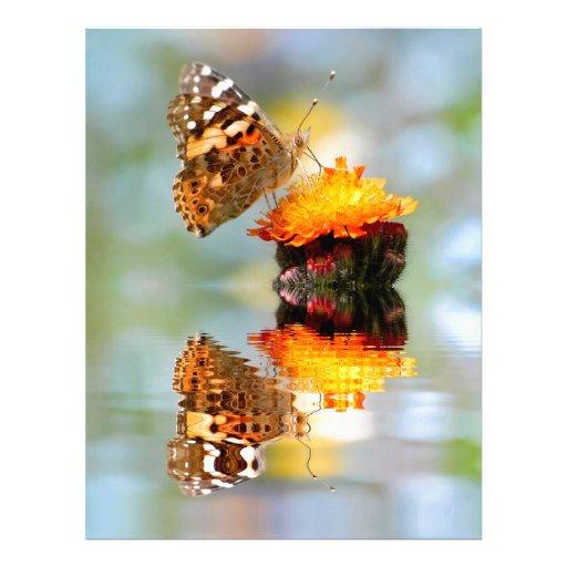 Mariposa pintada de la señora con la reflexión plantilla de membrete
