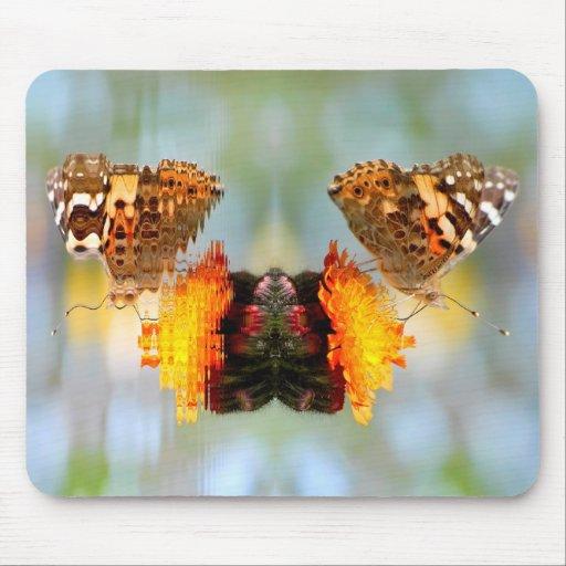 Mariposa pintada de la señora con la reflexión alfombrilla de raton