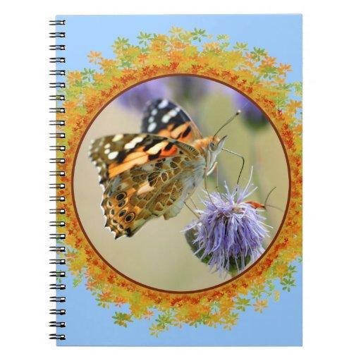 Mariposa pintada de la señora que alimenta en el m libretas